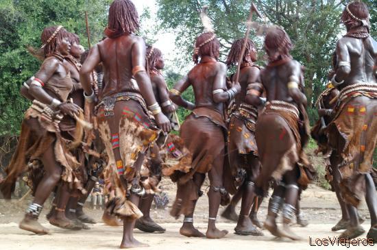Hamer women dancing - Omo Valley - Ethiopia Danzas de las mujeres Hamer - Valle del Omo - Etiopia