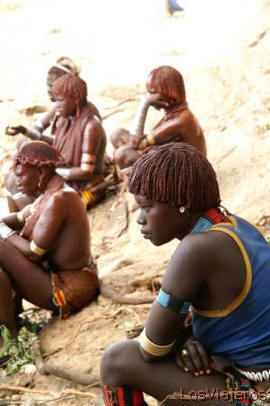 Young girl looking dances -Turmi- Omo Valley - Ethiopia Joven hamer observando los bailes - Turmi- Valle del Omo - Etiopia