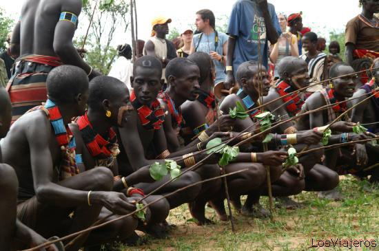 Los jovenes hacen sonar sus varas - Valle del Omo - Etiopia