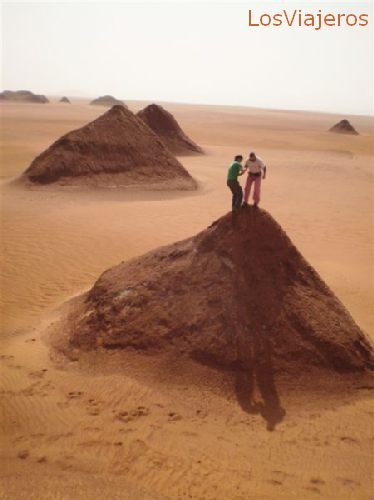 Frezzan, pirámides de arenisca formadas por la erosión - Libia Frezzan, sandstone pyramids, created by eroding winds - Libya