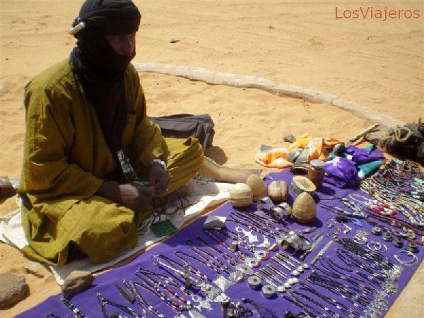 Akakus, vendedor de artesanía Tuareg - Libia Akakus, man selling Touareg handicrafts - Libya