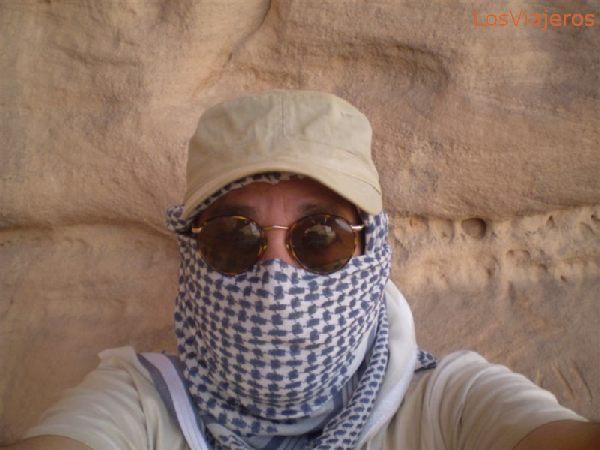 Carlos and the sandstorm - Libya Carlos se protege de la tormenta - Libia