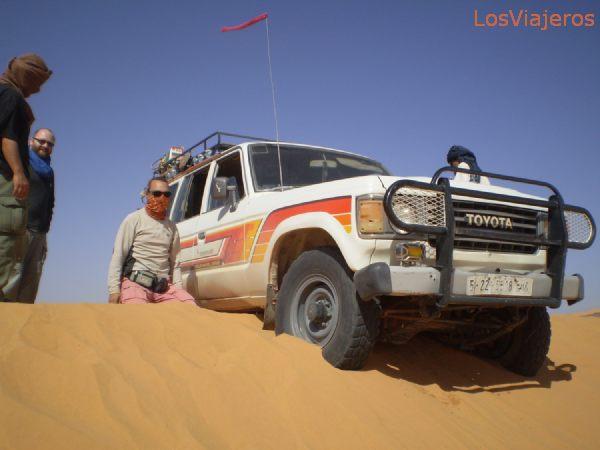 Our car trapped in the sand at a dune´s edge - Libya Nuestro coche encallado en el borde de una duna - Libia