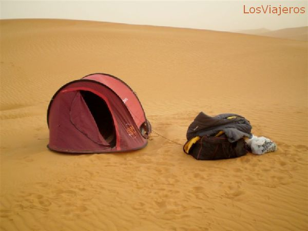 Nuestra tienda de campaña, de día, y con la tormenta de arena ya muy floja - Libia Our camping tent, now after sunrise, and with the sand storm very weak. - Libya