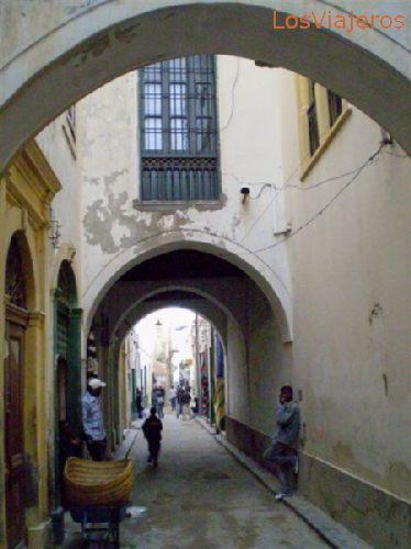 Trípoli, calles de la medina cubiertas por arcadas - Libia Tripoli, street of the old town covered with arched ways - Libya