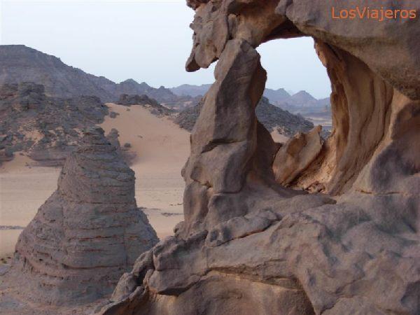 Akakus,  if you are able to climb the cliffs, the view, gets even  better - Libya Akakus escalando los riscos, la vista es aun mucho mejor - Libia