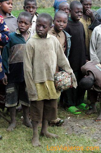 Niños jugando con una pelota de trapo - Ruanda Rwandese children - Rwanda