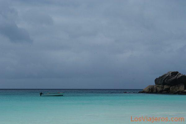 Boat in the storm - Seychelles Barca en la tormenta - Seychelles