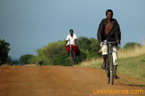 Bicycle on a African lane - Uganda Bicicletas por los Caminos de Uganda