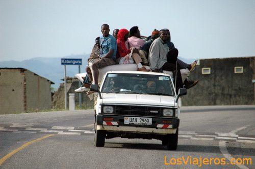In the truck - Uganda Camioneta cargada de Gente - Uganda