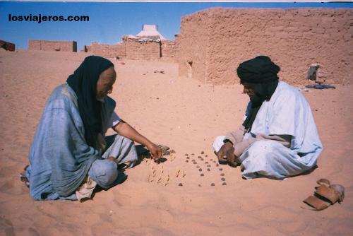Old men playing on the sand - Tindouf - Algerie - Algeria Abuelos jugando en la arena - Tindouf - Argelia