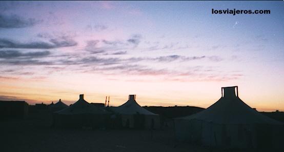 Sunset over jaimas of Sahara - Tindouf - Algeria Atardecer sobre las jaimas del Sahara - Tindouf - Argelia / Algeria