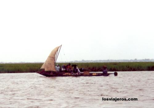 Cargo boat in Ganvie - Benin Barco con carga - Ganvie - Benin