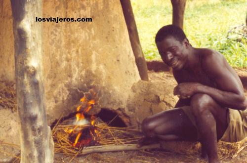 Blacksmith - Koni - Korhogo - Ivory Coast / Cote d'Ivoire Herrero o fundidor - Koni - Korhogo - Costa de Marfil