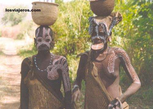 Mursi women in Omo Valley - Ethiopia Mujeres Mursi en el valle del rio Omo - Etiopia