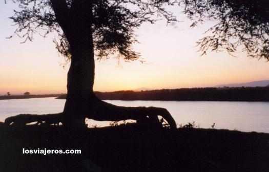 Sunset over the Omo river - Ethiopia Atardecer en el Rio Omo - Etiopia