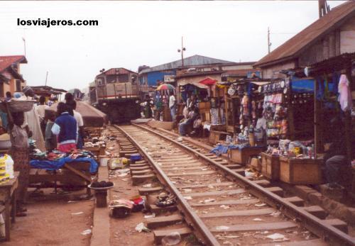 Train crossing Kejetia Market - Kumasi - Ghana Tren cruzando el Mercado Kejetia - Kumasi - Ghana