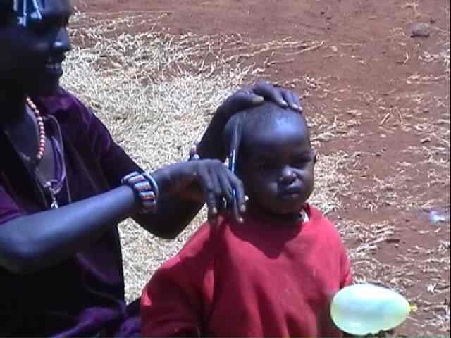 Cortando el pelo - Kenia