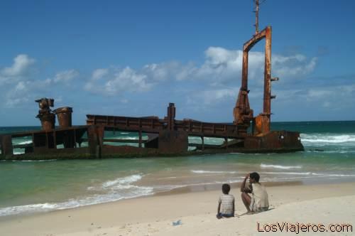 Sunk ship - Fort Dauphin- Madagascar Barco varado en la playa de Fort Dauphin - Madagascar