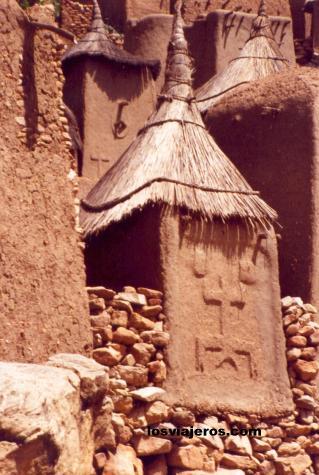 Granary with animist details Mali. Granero Dogon - Bandiagara escarpment - Mali
