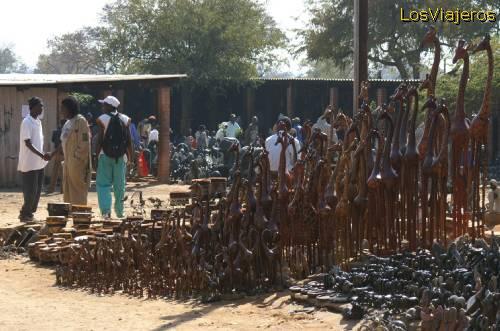 T?pico mercado de artesan?a en Zimbawe - Namibia. Typical handicraft market - Zimbawe - Namibia