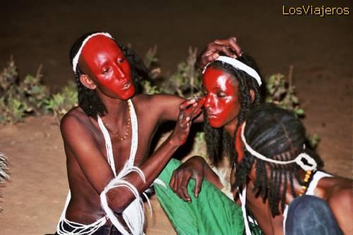 Makeup for Gerewol party - Bororo or Wodaabe Tribe -Niger Maquillándose para el Gereewol o Gerewol- Tribu Bororo o Wodaabe- Niger