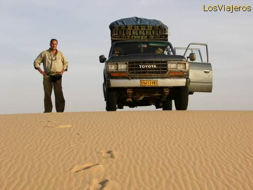 A stop on the way - Tenere Desert - Niger Un alto en el camino - Desierto del Tenere - Niger