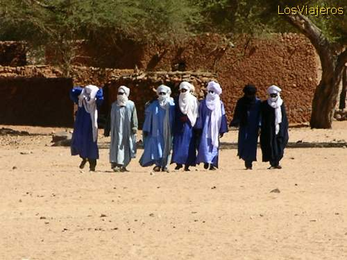Tuareg men going to the funeral - Niger Hombres camino del funeral Tuareg - Timia - Niger