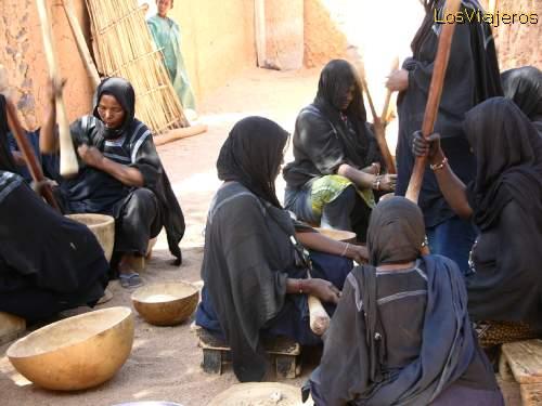 Women preparing food for the funeral - Niger Funeral Tuareg en Timia - Niger