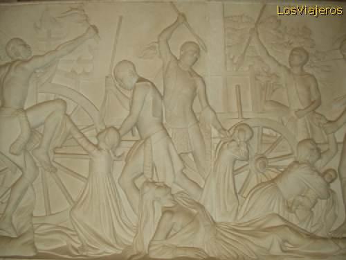 Voortrekkers memorial, carved on stone, images of wild people killing women and little child - South Africa Memorial a los Voortrekkers, labrado en piedra, imágenes de salvajes asesinando mujeres y niñas - Sud Africa