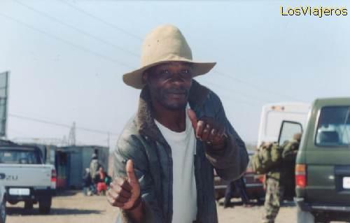 Lesotho, one funny man, joking to us - South Africa Lesotho, señor bromista haciéndonos una gracia - Sudáfrica