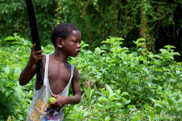 Child with machete peeling oranges in Palenque - Colombia Niño Palenquero - Cartagena de Indias - Colombia