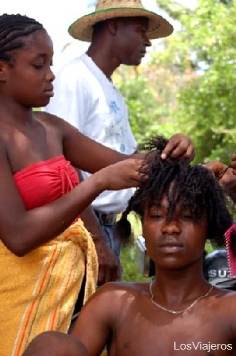 Women doing braids in Palenque - Colombia Mujeres palenqueras rehaciendo trenzas  - Cartagena - Colombia
