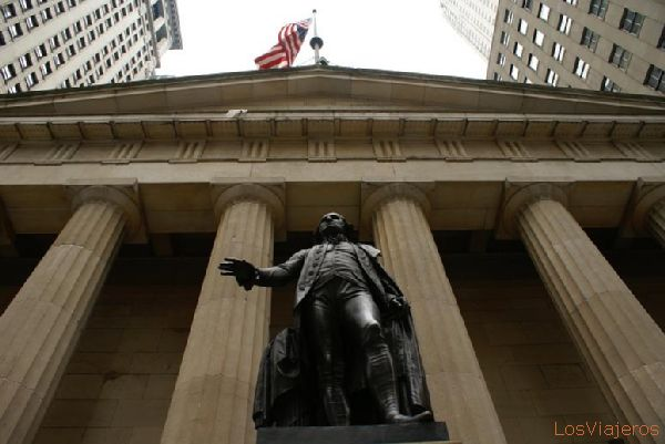 Federal Hall with statue of George Washington - New York - USA Estatua de George Washington frente al Federal Hall- Nueva York - USA