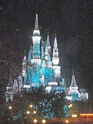 Castillo de Cenicienta iluminado - Disneyland - USA