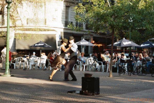 Dancing Tango in the Plaza Dorrego, San Telmo, Buenos Aires. - Argentina Bailando Tango en la Plaza Dorrego, San Telmo, Buenos Aires - Argentina