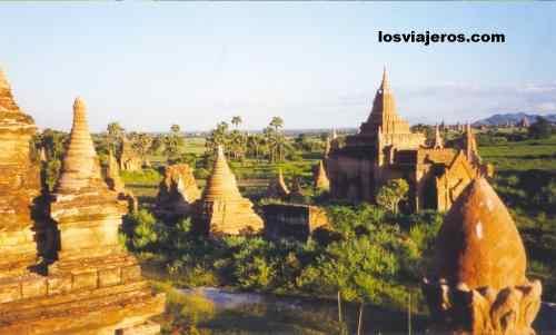 Puesta de sol en Bagan - Myanmar Sunset among Pagodas in Bagan - Myanmar