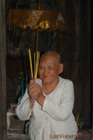 Monja Budista en Bayon - Angkor -Camboya Buddhist nun at Bayon -Angkor -Cambodia
