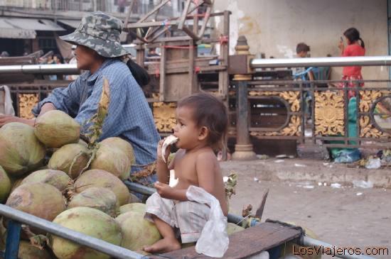 Niño en el mercado de Phnom Penh -Camboya Boy at the Phnom Penh market -Cambodia