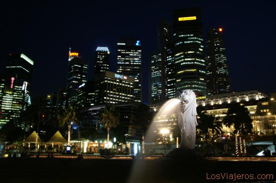 CBD on night - Singapore La estatua de Merlion y el CBD a la espalda - Singapur