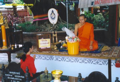 Offers to the monk - Thailand Ofrendas al Monje - Tailandia