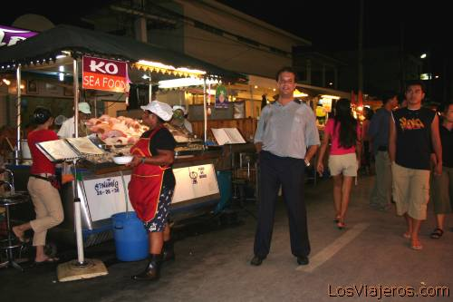 Antonio Escalante (antonio2006) en el mercado nocturno de Hua Hin, Tailandia Antonio Escalante (antonio2006) in the night market of Hua Hin, Thailand