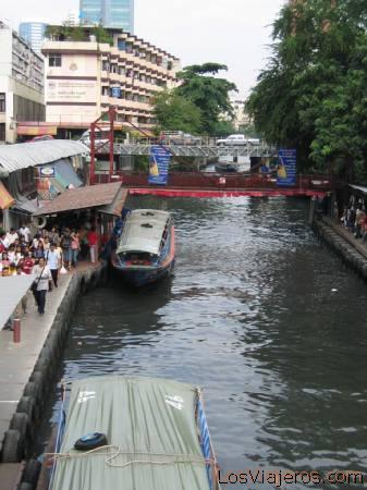 River port in Bangkok - Thailand Estación fluvial en Bangkok - Tailandia