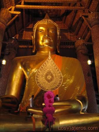 Gigantic bronze statue at Wat Mongkol Borphit, Ayuyhaya - Thailand Estatua gigante de bronze en el Wat Mongkol Borphit, Ayuthaya - Tailandia