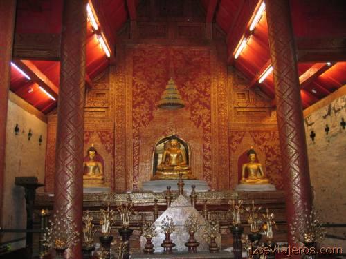 Inside a temple in Wat Doi Suthep, Chiang Mai.  - Thailand Interior de templo del complejo del Wat Doi Suthep, Chiang Mai - Thailand - Tailandia