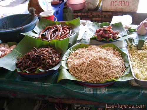 Mercado en la carretera hacia Chiang Rai, gusanos - Tailandia