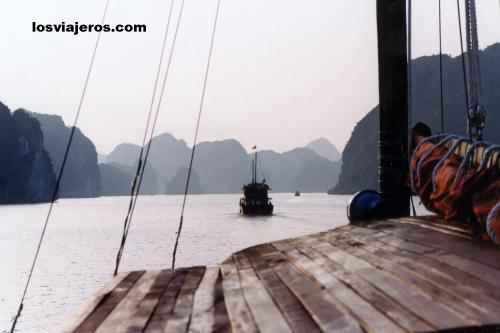 Navigating by chanels in Halong Bay - Vietnam Navegando por los canales de la Bahia de Halong - Vietnam