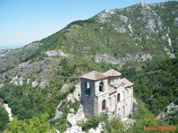 Fortaleza con torres y muros defensivos construida en la roca  de Assen - Bulgaria Fortress with towers and defensive walls built in the rock of Assen - Bulgaria