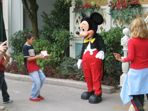 Mickey Mouse firmando autógrafos - Disneyland París - Francia Mickey Mouse signing autographs - Disneyland París - France