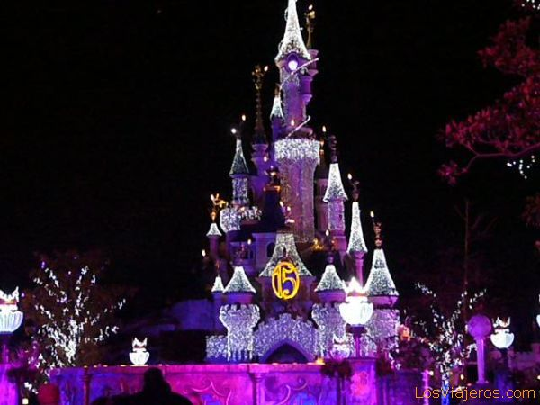Castillo de la Bella Durmiente iluminado - Disneyland París - Francia Castle of the Sleeping Beauty illuminated - Disneyland París - France